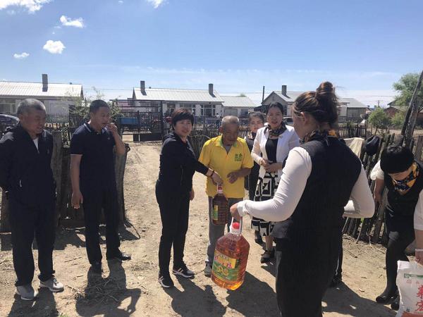 巴彦县工商联携手爱心企业巨龙饲料公司为长发村贫困户送去节日问候